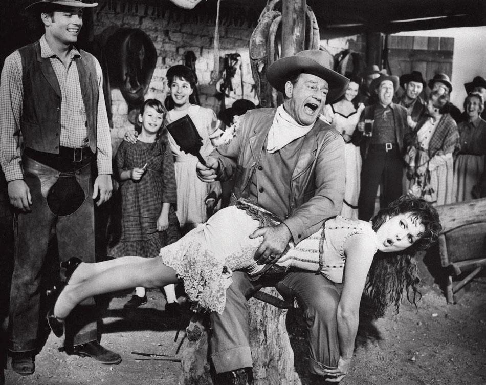 جان وین متولد ۲۶ می سال ۱۹۰۷ در ایالت یوآی آمریکاست و در سال ۱۹۲۶ در زمان سینمای صامت بازیگری را شروع کرد